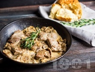 Рецепта Печени запържени хапки от свински врат с гъби, праз и сметана на фурна